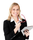 Charismatic businesswoman holding a clipboard Royalty Free Stock Images