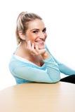 Charismatische blonde Frau mit einem schönen Lächeln Lizenzfreie Stockbilder