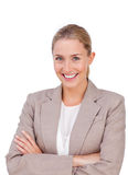 Charismatische blonde Geschäftsfrau mit den gefalteten Armen Stockbild