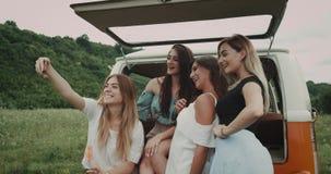 Charismatische Damen der Nahaufnahme sehr, die selfie Sitzen des orange Packwagens der Weinlese, mitten in Natur nehmen stock footage