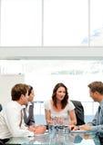 Charismatische Geschäftsfrau, die mit ihrem Team spricht Stockbilder