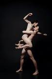Charismatische jonge uitvoerders die in de zwarte gekleurde studio dansen royalty-vrije stock fotografie