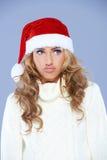 Charismatische junge Frau, die einen roten Sankt-Hut trägt Stockfoto