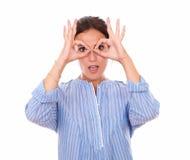 Charismatische lateinische Frau mit den Fernglashänden Lizenzfreie Stockfotografie