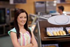 Charismatische vrouwelijke kok die bij de camera glimlacht royalty-vrije stock foto's