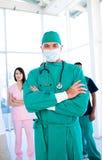 Charismatischer Chirurg, der eine chirurgische Schablone trägt Stockbilder