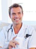 Charismatischer Doktor, der einen Bruch hat Stockfoto