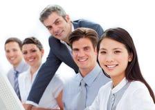 Charismatischer Manager, der Arbeit seines Angestellten überprüft Lizenzfreies Stockbild