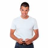 Charismatischer Mann, der eine Mitteilung mit Mobiltelefon simst Lizenzfreie Stockbilder