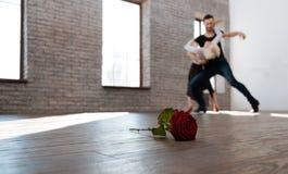 Charismatischer Tanzlehrer, der mit älterer Frau am Ballsaal tangoing ist Lizenzfreies Stockbild