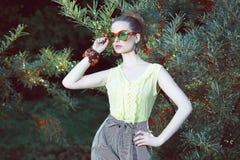 Charisme. Femme mignonne dans des lunettes de soleil de fantaisie dehors photos libres de droits