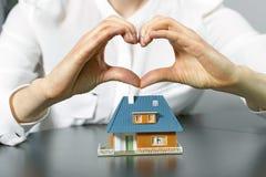Charité, immobiliers et concept de maison familiale photo stock