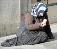 charit? sans abri d'?glise de femme ag?e sur les rues de la ville photographie stock libre de droits