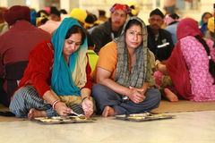Charity. A group of poor people eating at a sikh temple in Delhi Stock Photos