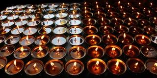 charity Rezando velas em um monastério em Butão fotografia de stock