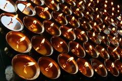 charity Velas Praying em um templo fotos de stock