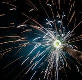 Charki da mão, um fogo de artifício da mão que emite-se faíscas circulares no fundo preto fotografia de stock royalty free