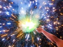 Charki da mão, um fogo de artifício da mão que emite-se faíscas circulares no fundo preto imagem de stock