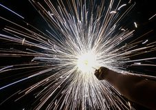 Charki da mão, um fogo de artifício da mão que emite-se faíscas circulares no fundo preto foto de stock royalty free