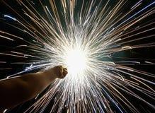 Charki da mão, um fogo de artifício da mão que emite-se faíscas circulares no fundo preto fotografia de stock
