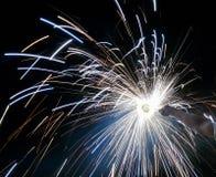 Charki da mão, um fogo de artifício da mão que emite-se faíscas circulares no fundo preto imagens de stock
