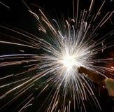 Charki da mão, um fogo de artifício da mão que emite-se faíscas circulares no fundo preto imagem de stock royalty free