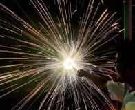 Charki da mão, um fogo de artifício da mão que emite-se faíscas circulares no fundo preto fotos de stock