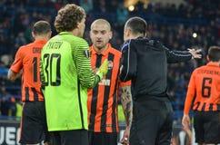 CHARKIW, UKRAINE - 23. FEBRUAR: Fußballspieler werden während vergangen stockbild