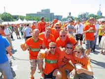 CHARKIW, UKRAINE - JUNI 2012: Niederländische Fußball supporers kleideten in der nationalen Farbeorange an Die Fans stützen den S Lizenzfreie Stockfotografie