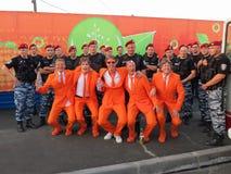 CHARKIW, UKRAINE - JUNI 2012: Niederländische Fußball supporers kleideten in der nationalen Farbeorange an Die Fans stützen den S Stockbild