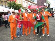 CHARKIW, UKRAINE - JUNI 2012: Niederländische Fußball supporers kleideten in der nationalen Farbeorange an Die Fans stützen den S Stockbilder