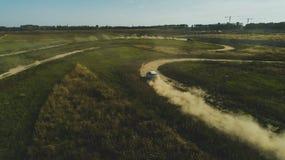 Charkiw, Ukraine - 09 22 18: Weg von der Stra?enprobefahrt af ein Neuwagen Audi von einem Berufsrennl?ufer stockbild