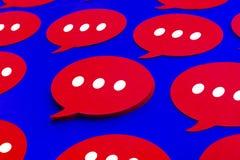 Charla amarilla, iconos de la burbuja del discurso en fondo azul del color El hablar y mensaje para los conceptos sociales de los fotografía de archivo libre de regalías