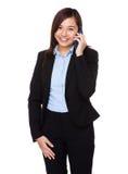 Charla asiática de la empresaria al teléfono móvil fotografía de archivo libre de regalías