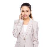 Charla asiática de la empresaria sobre el teléfono móvil Fotografía de archivo libre de regalías