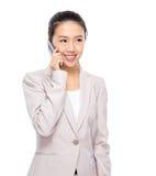 Charla asiática de la empresaria sobre el teléfono móvil Imágenes de archivo libres de regalías