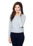 Charla asiática de la mujer al teléfono móvil Fotografía de archivo libre de regalías