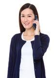 Charla asiática de la mujer al teléfono móvil Foto de archivo