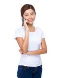 Charla asiática de la mujer al teléfono móvil Imagen de archivo libre de regalías