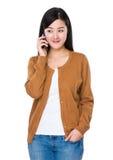 Charla asiática de la mujer al teléfono móvil Imagenes de archivo