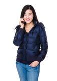 Charla asiática de la mujer al teléfono móvil fotografía de archivo