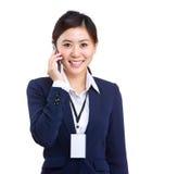 Charla asiática de la mujer de negocios al teléfono móvil Imagenes de archivo