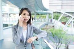 Charla asiática de la mujer de negocios al teléfono móvil Fotografía de archivo