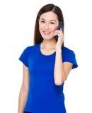 Charla asiática joven de la mujer con el teléfono móvil Imagen de archivo libre de regalías