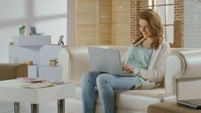 Charla bastante femenina en redes sociales en el ordenador portátil, teniendo resto metrajes