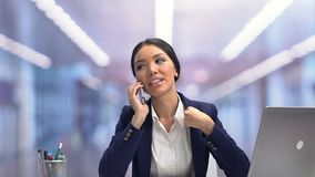 Charla businesslady atractiva sonriente en el teléfono durante la rotura, relajación almacen de video