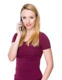Charla caucásica de la mujer joven al teléfono móvil imagen de archivo