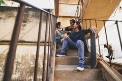 Charla con los amigos en los tugurios urbanos Imágenes de archivo libres de regalías