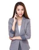 Charla de la empresaria al teléfono móvil Imagen de archivo
