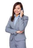 Charla de la empresaria de Aisan al teléfono móvil foto de archivo